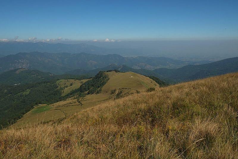 Al centro, veduta dall'Alpe sul ripiano di Rocca Stella