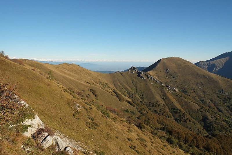 Dalla cresta, vista sul Bric Castea e il Monte Vecchio