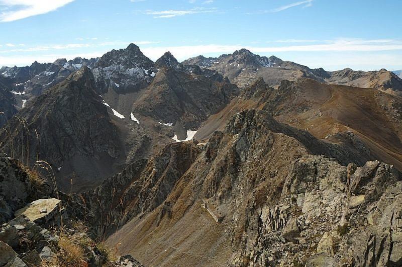 Al fondo, le cime di Vens ed il Claï Superiore. In basso, la casermetta sotto le Garbe di Stau