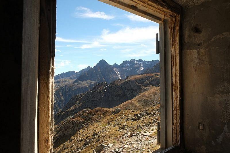 Veduta da un finestrone della ex casermetta