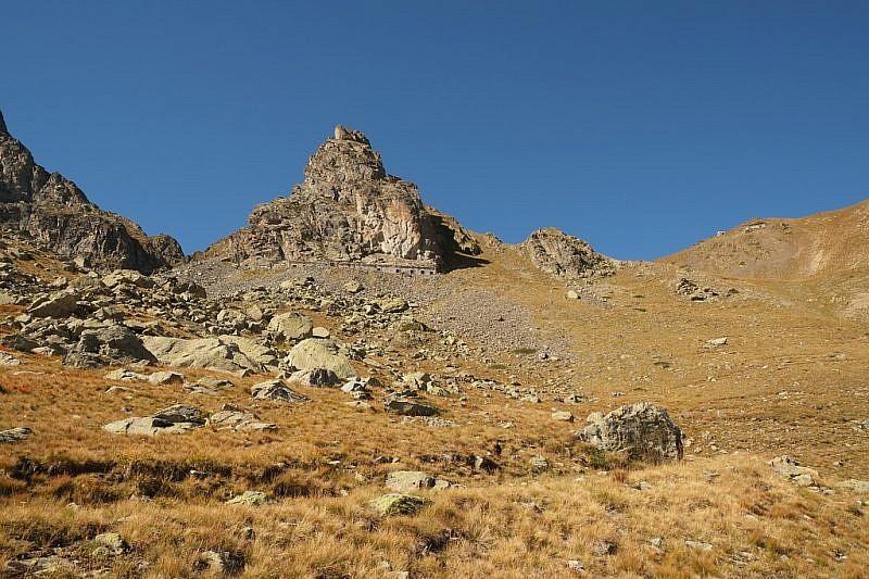 Sotto la piramide rocciosa è adagiata una ex casermetta