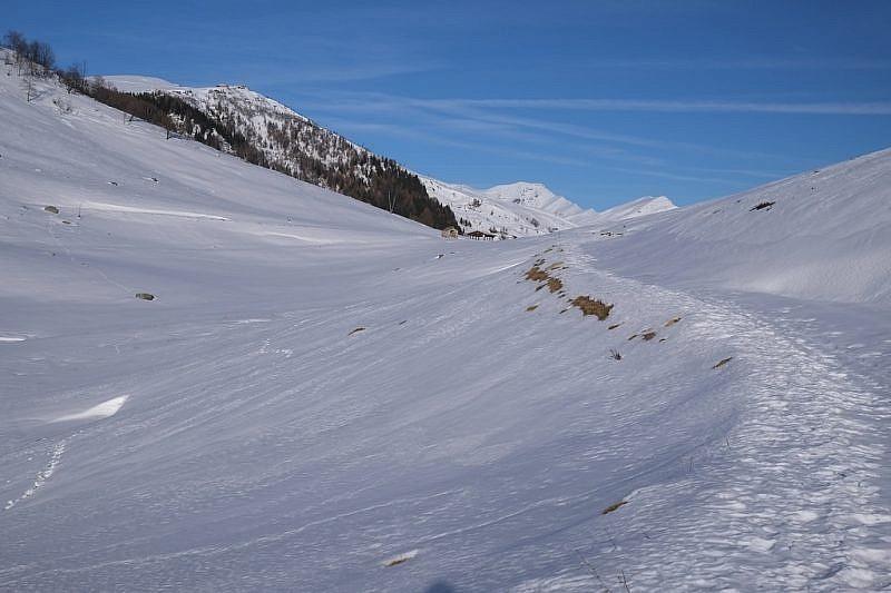 Il Colle di Gilba. In alto a sinistra gli impianti sciistici di Pian Munè