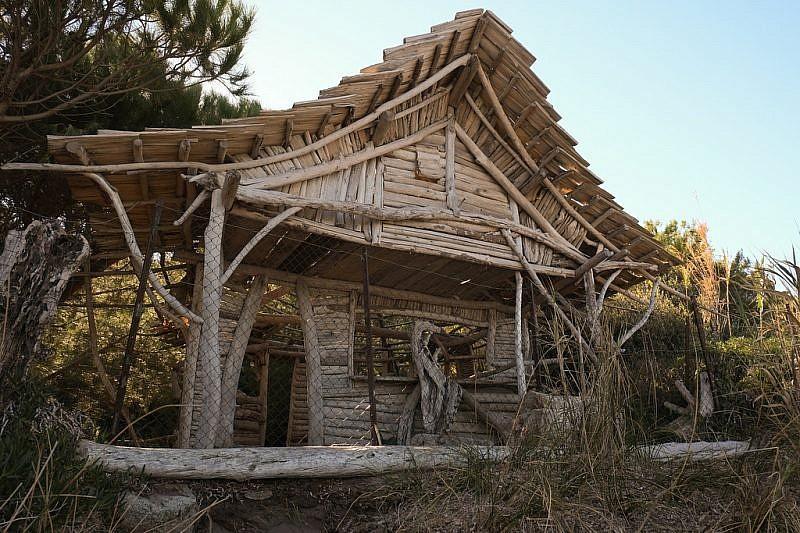 Singolare costruzione interamente fatta coi legni restituiti dalle maree