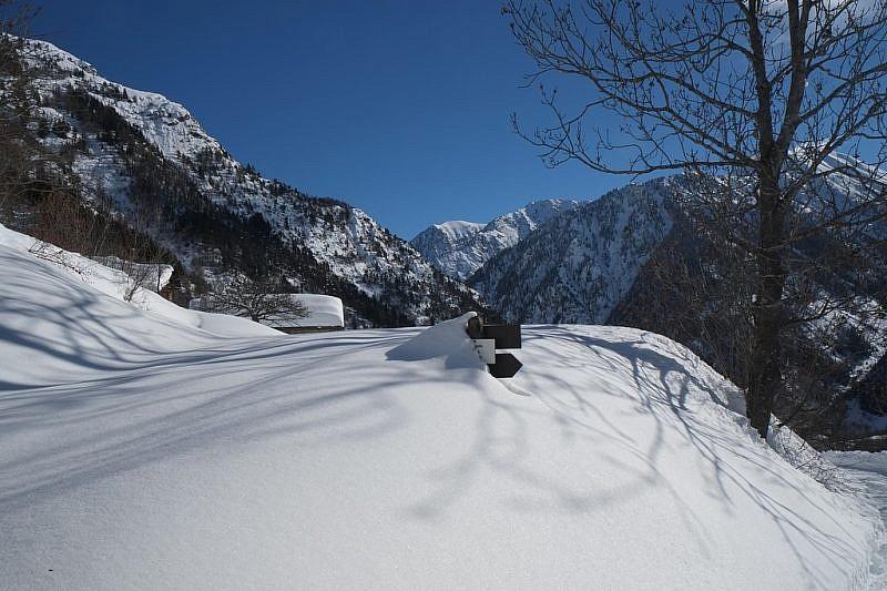 Cartelli segnaletici sepolti nella neve all'ingresso della borgata