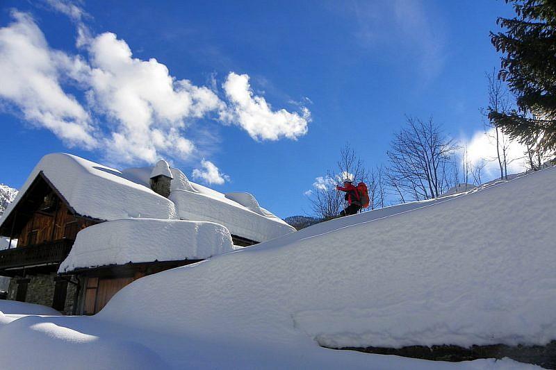 Discesa nella spessa coltre nevosa