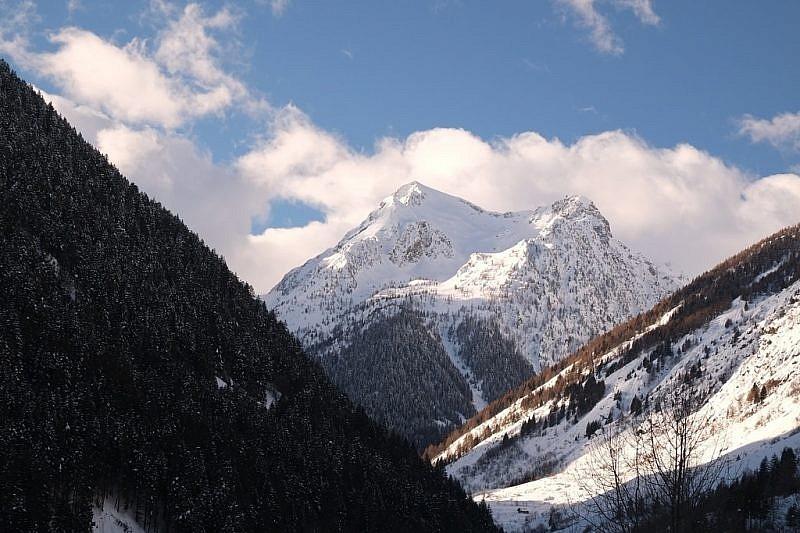 Al termine del vallone di Bagni, ecco la Rocca di San Bernolfo