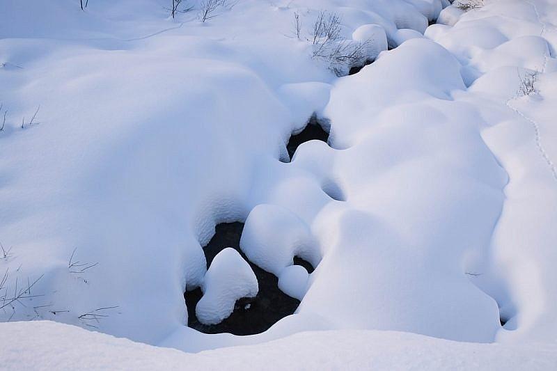 Il rio Ischiator coperto da una spessa coltre di neve