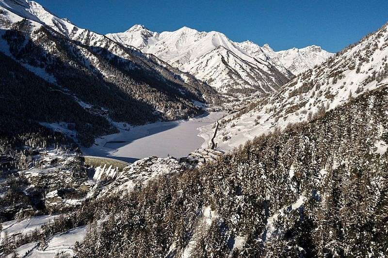 Castello e il lago di Pontechianale salendo nel bosco dell'Alevè (foto scattata con drone)