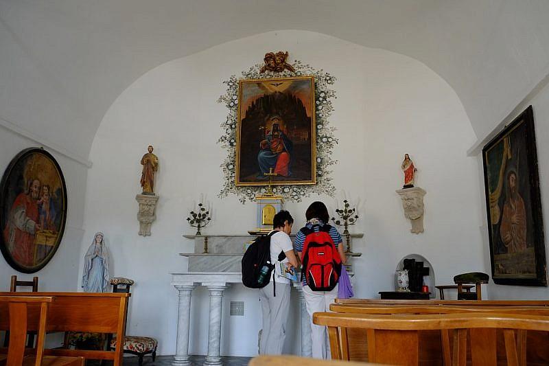 All'interno della chiesetta in restauro