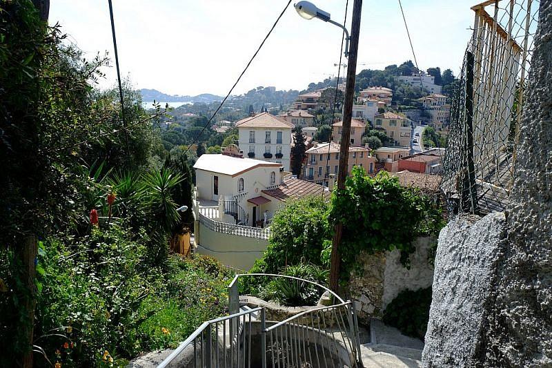 In discesa sulla scalinata che scende al semaforo del Cap Ferrat