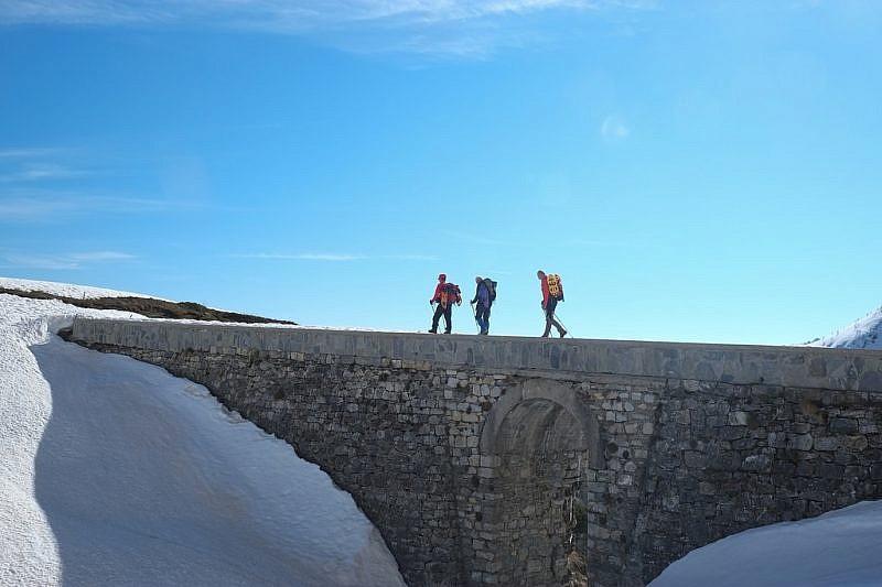 Sul ponte in pietra che attraversa il torrente Grana
