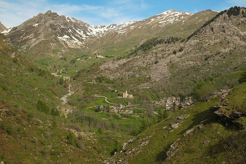 Veduta sulla borgata Chiotti, sul Santuario di Castelmagno e sul Tibert