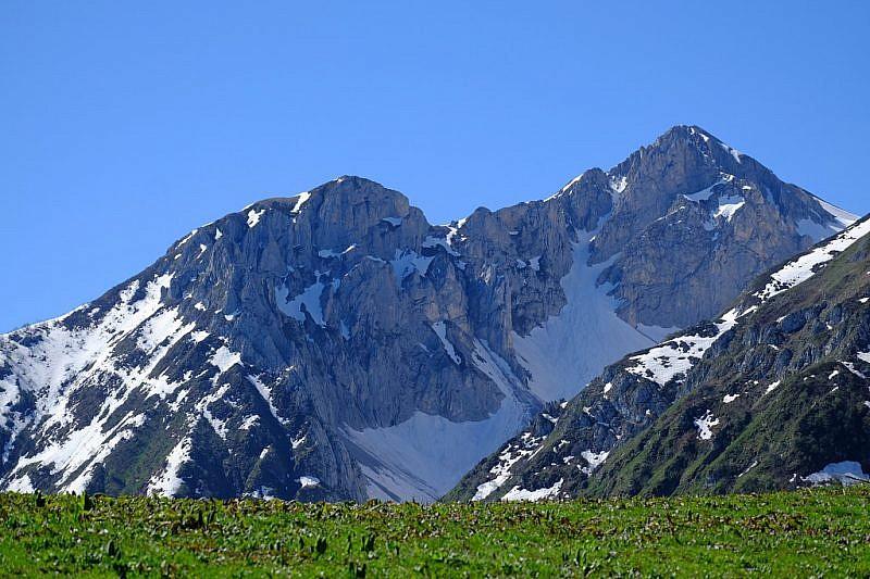 La cima Bussaia a destra