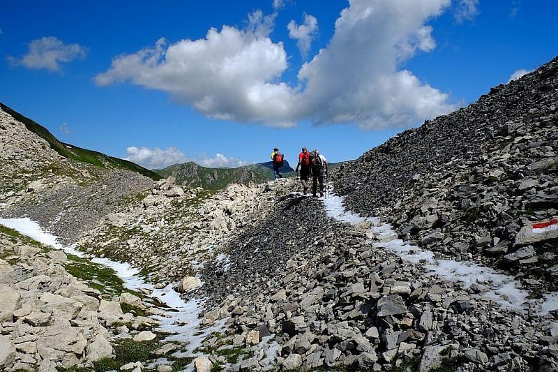 Cumuli di grandine sul sentiero di salita