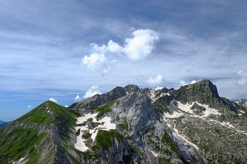 In primo piano il Ciamoussè, al fondo la Rocca dell'Abisso e, a destra, il Frisson
