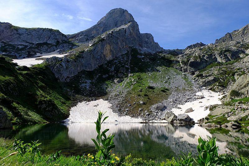 Il lago degli Albergh con lo sfondo del Ciamoussè