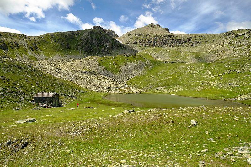 La splendida conca lacustre col rifugio privato