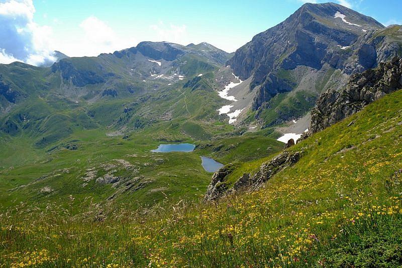 Il lago Raschera visto salendo dal Bocchino