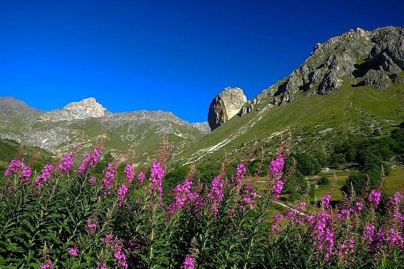 Dai primi tornanti di salita scorcio a nord-ovest sul Pelvo di Chiabrera e la Rocca Senghi