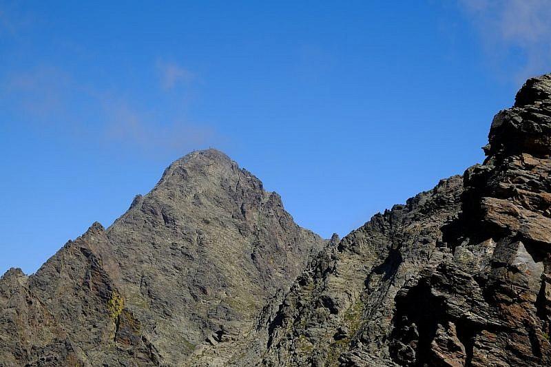 Dal passo, veduta sul Becco Alto dell'Ischiator