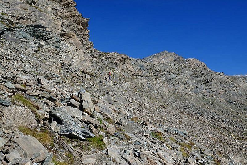 Tra le rocce scure prima del Passo di Mongioia