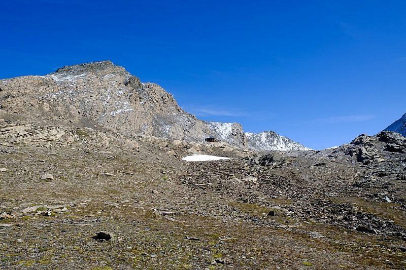 Arrivo al Passo Mongioia. A sin. il Monte Mongioia, al centro il bivacco Boerio