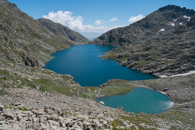 Salendo verso il passo ci godiamo lo spettacolo dei due laghi dell'Agnel