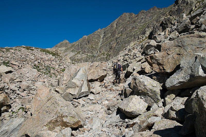 Il sentiero prosegue in pietraia