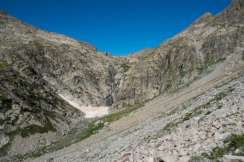 Al centro la cascata (salto di 200 metri). Verso destra si scorge il canalino di salita