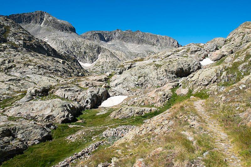 In prossimità del lago dell'Agnel. Trattotra rocce montonate.