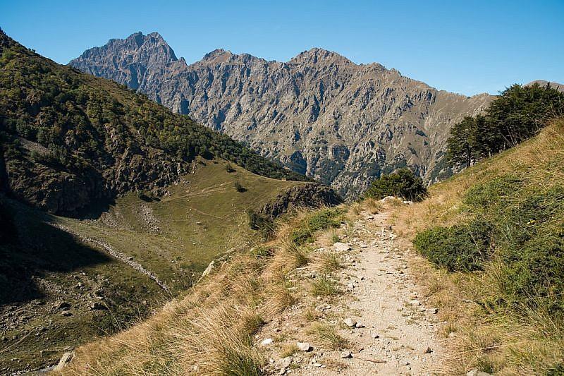 Veduta del Monte Matto edel bivacco Barbero, sul poggio,durante la discesa dal Passo