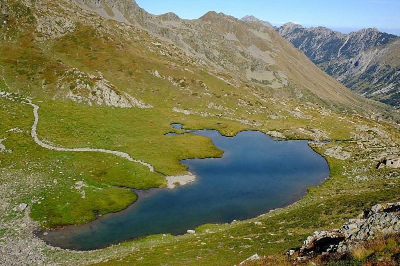 Il lago della Vacca visto dalColle ovest del Sabbione e il biv. Speranza all'estrema destra