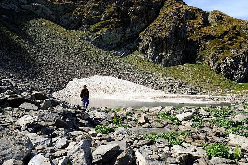 Il piccolo laghetto semi ghiacciato, nella conca del lago della Vacca
