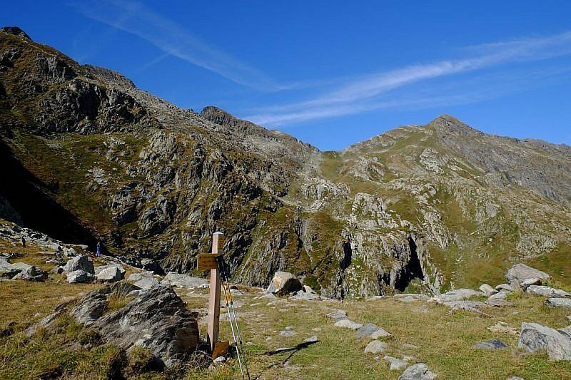 Arrivo al Colle ovest del Sabbione. Al fondo, il Colle del Vej del Bouc