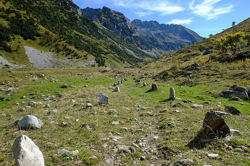 Tratto del sentiero delineato da pietre