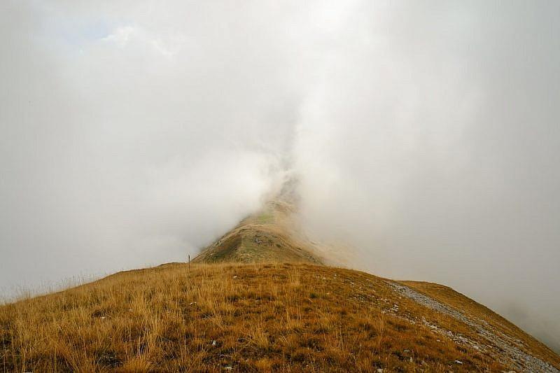 La nebbia sta risalendo dai due versanti