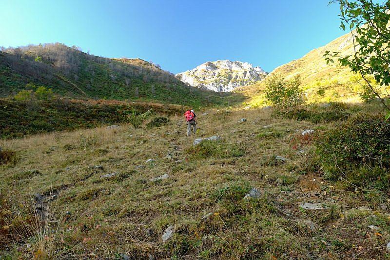 Al fondo, la rocciosa cima del Monte Garbella