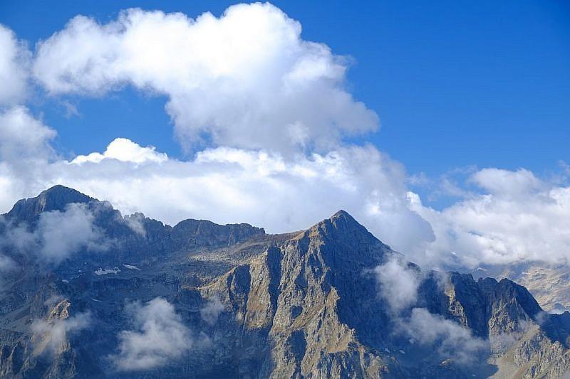 Asinistra la Punta della Rua, a destra il Monte Aiera