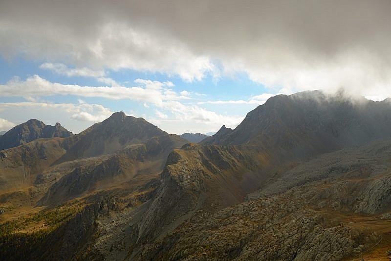 Tra la Rocca Verde e il Monte Peiron si può intravedere il Colle di Stau