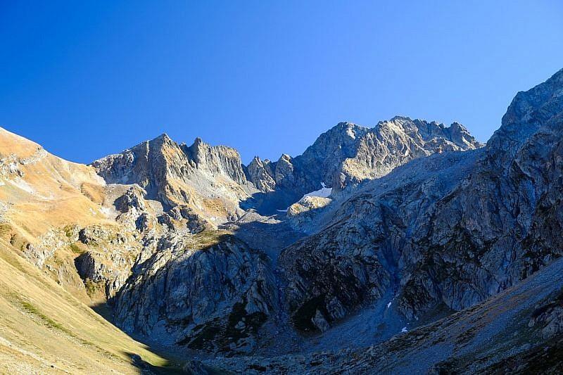 Il colle (a sinistra) e la cima di Vernasca (a destra)
