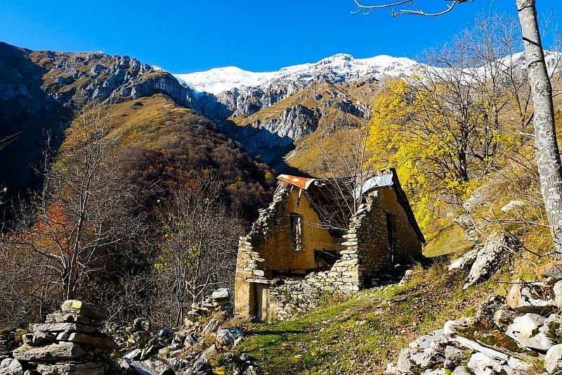 Tetti Doni con le cime imbiancate della Rocca d'Orel e del Bussaia