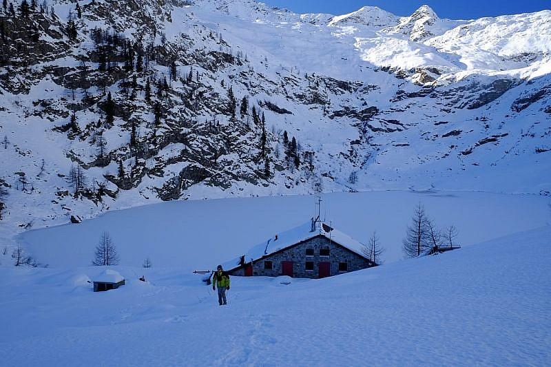 La bella conca col lago ghiacciato