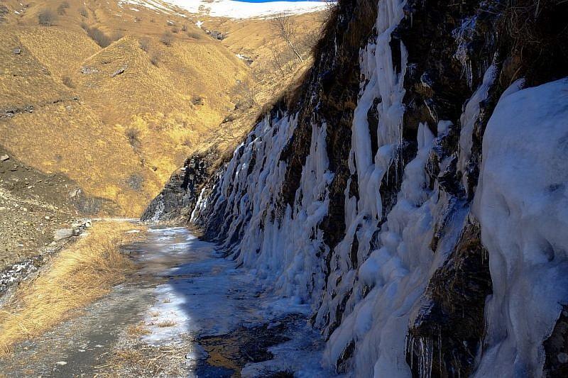 Presenza di ghiaccio sulla sterrata