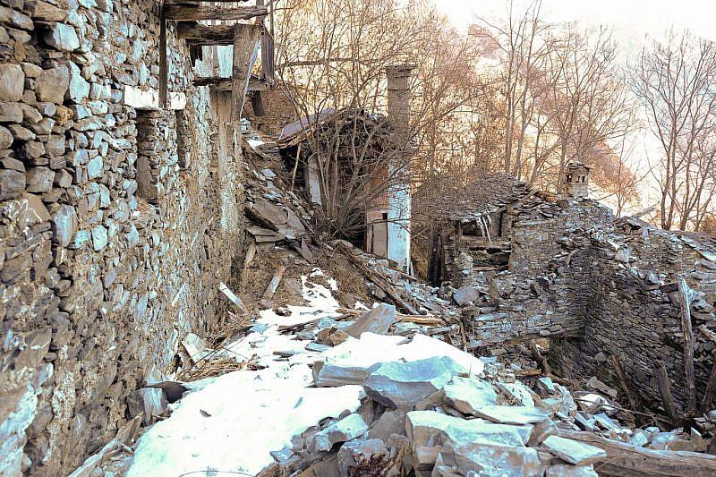 La chiesetta della Madonna della Neve ed alcune case crollate