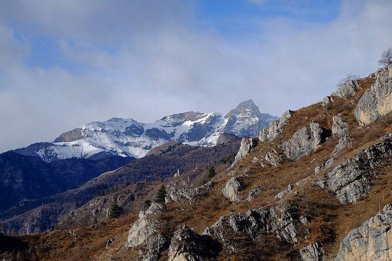 La chiesetta di Morinesio e, al fondo, il Monte Chersogno