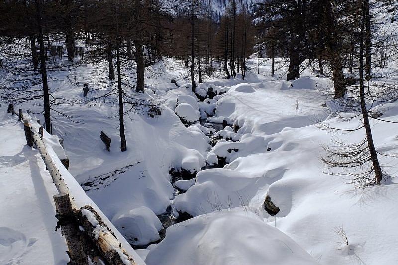 Il rio nascosto da cumuli di neve