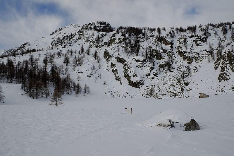 Arrivo al lac des Grenouilles ghiacciato
