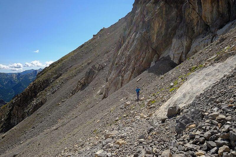 Il sentiero scende per aggirare una parete di roccia