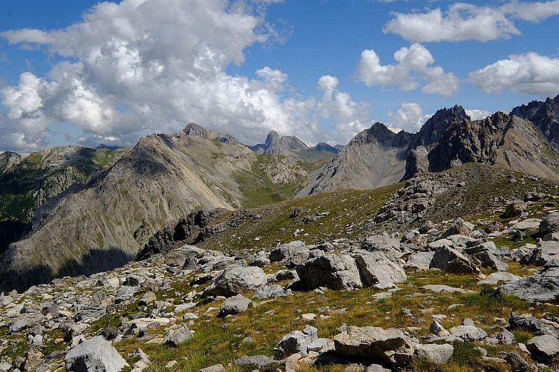 In discesa, panorama verso Rocca la Meja, l'Oserot e passo della Gardetta