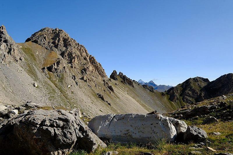 Salendo al Passo Scaletta si vede già, all'estrema sinistra, il colle Roccette e il Bric Content